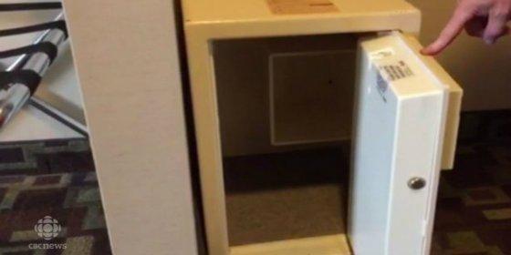 Unos padres encierran a su bebé en la caja fuerte de un hotel y se fugan