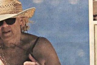 'La Razón' no suelta presa... Pillan a Manuela Carmena luciendo una 'flor prohibida'