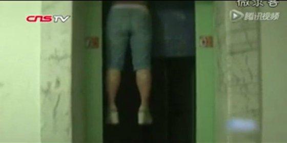El atroz vídeo de la mujer que muere atrapada por el cuello en un ascensor