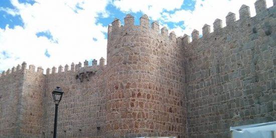 Cientos de adolescentes se confiesan bajo las murallas de Ávila