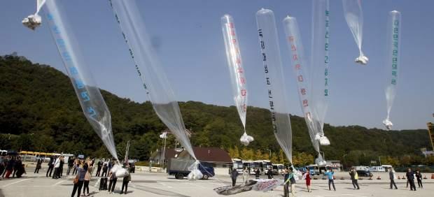 Envían biblias en globos a los cristianos de Corea del Norte