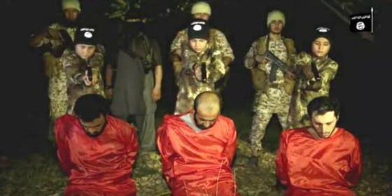 [Vídeo] Los tres 'angelitos' del califato que asesinan a unos 'diabólicos infieles'