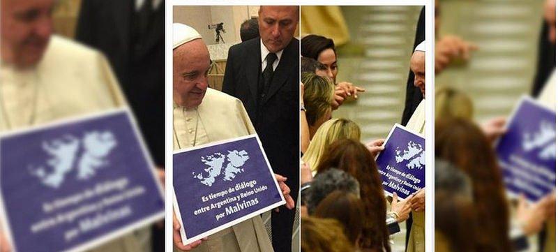 El Papa sostiene un cartel a favor del diálogo para las Malvinas