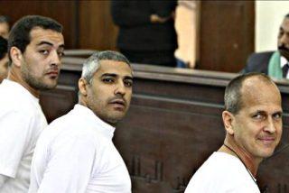 Un tribunal egipcio condena a tres años de cárcel a tres periodistas de Al Yazira