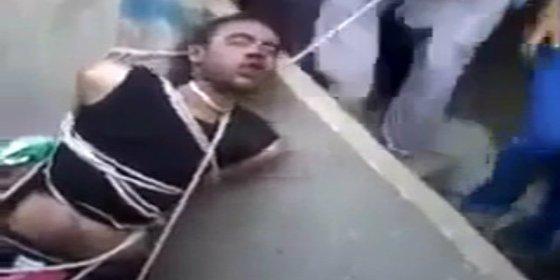 """[Vídeo sin censura] Una turba ahoga al supuesto violador con una cuerda: """"¡Allahu Akbar!"""""""