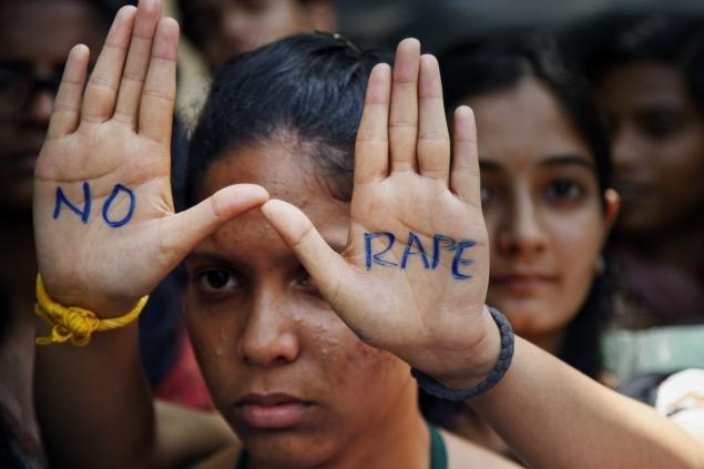 """Fue violada y ahora será obligada a cargar una roca de 40 kg en la cabeza como """"test de pureza"""""""