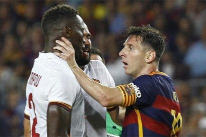 El lindo Messi lanza un cabezazo y agarra por el cuello a un rival durante el Trofeo Joan Gamper