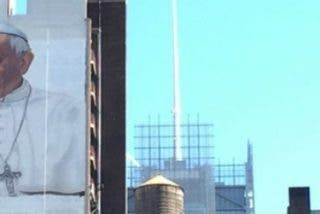 Enorme mural de bienvenida al Papa en el centro de Manhattan
