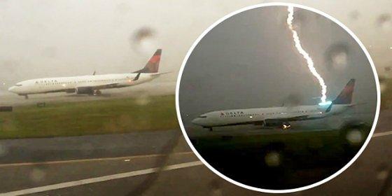 El terrorífico rayo que impacta sobre un avión en mitad del aeropuerto
