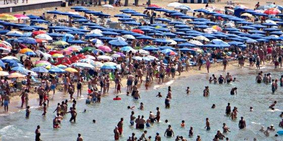 Queda prohibida la 'okupación' matinal de las playas españolas con tumbona, sombrilla y sombrero