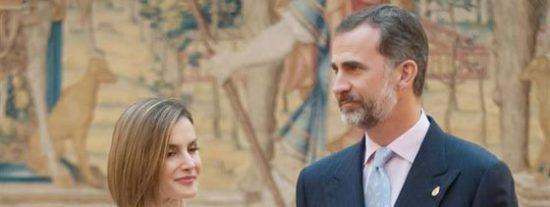 Una divertida paparazzi sorprende a Felipe y Letizia cambia de tercio