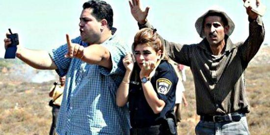 Palestinos protegen a una policía israelí: Todo al 'revés' y por eso la foto se ha hecho viral