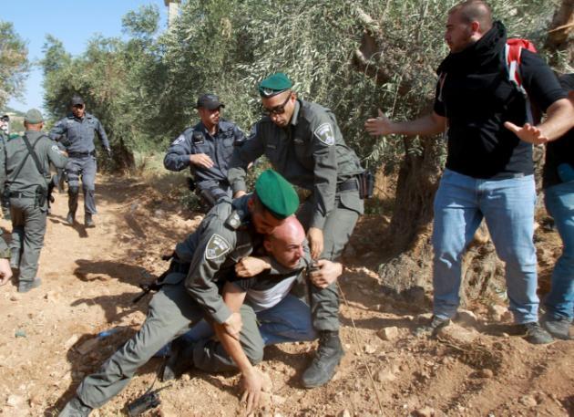 Decenas de cristianos palestinos protestan contra el muro de separación israelí
