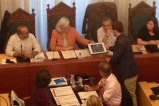 """Así se cachondean los separatistas del Ayuntamiento de Badalona cuando el PP les hace entrega del retrato del Rey: """"Numerito de pan y circo"""""""