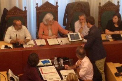 Así se cachondean los separatistas del Ayuntamiento de Badalona cuando el PP les hace entrega del retrato del Rey: