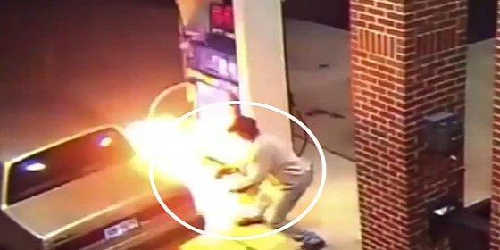 ¿Qué pasa cuando un memo intenta matar a una araña en una gasolinera?