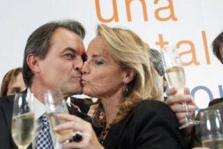 La 'otra' juerga de Artur Mas: El president y su esposa 'queman' la pista de baile tras el registro de la sede de CDC