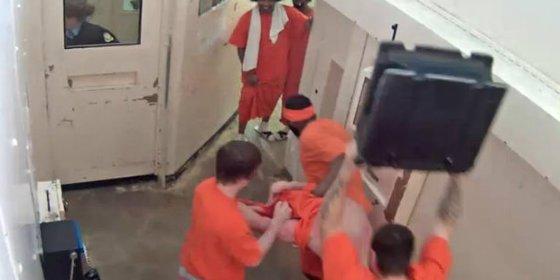 El barbudo yihadista que recibe una brutal paliza en la cárcel por querer convertir a un preso al Islam