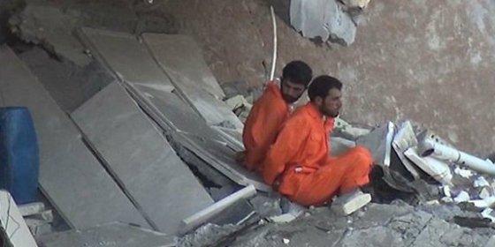 [Vídeo] La aterrada mirada a una mecha humeante de los espías que ejecutan atados ¡al barril de dinamita!