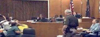 El padre pierde los nervios y golpea al asesino de su hija durante el juicio