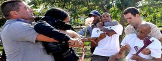 El régimen cubano pone de rodillas a los activistas por querer ir a misa