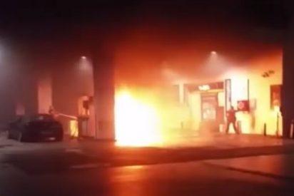 [Vídeo] Así se le quema el coche al despistado joven en una gasolinera de Palma