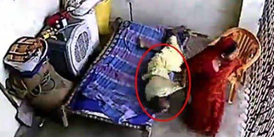 [Vídeo] La brutal paliza que le propina una chalada a su suegra paralítica