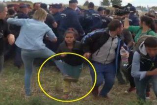 El vídeo de la reportera sin corazón que patea con saña a los refugiados