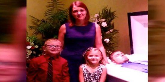 ¿Por qué posa con sus hijos ante el ataúd del marido con una extraña sonrisa?