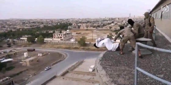 """[Vídeo sin censura] Los yihadistas tiran desde una torre a un gay """"fornicador"""""""