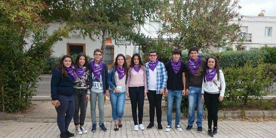 Jóvenes de la localidad pacense de Higuera de la Serena muestran su solidaridad con la AOEx