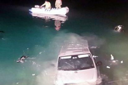 Fornican a todo meter en una furgoneta y acaban dentro de un lago con el agua al cuello