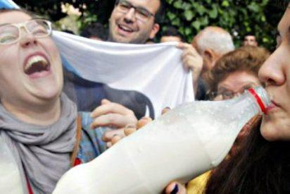 Los ganaderos paralizan las industrias lácteas gallegas y quieren cerrar la distribución