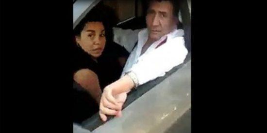 [Vídeo] Sorprende a su vecina practicando sexo oral en el coche y le monta un pollo