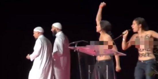 [Vídeo] Así patean a dos activistas nudistas por interrumpir una conferencia musulmana
