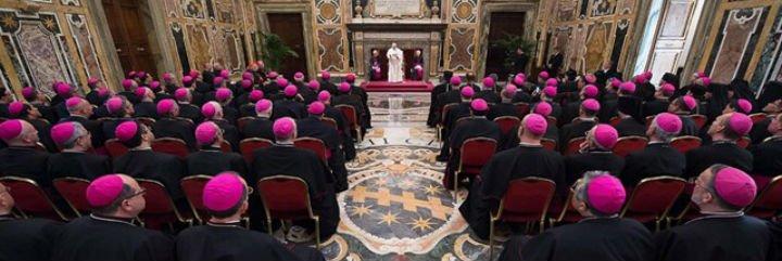 """El papa insta a los obispos a recuperar a los católicos que se fueron """"dando un portazo"""""""