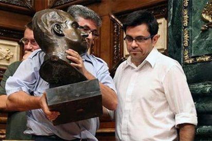 Ni bandera española ni busto del Rey: así es Gerardo Pisarello, el barra brava de Colau