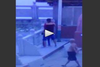 [Vídeo sin censura] La pareja que practica sexo de pie en un puente ante el viejo verde