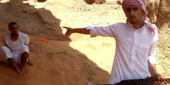 [Vídeo] El fanatismo islámico más radical: mata a su primo con un AK-47 para demostrar su lealtad al Daesh