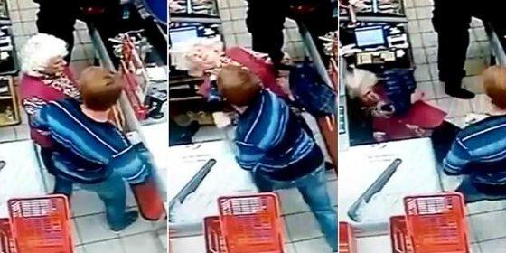 El vídeo de la pensionista a quien dejan KO de un demoledor puñetazo en la cola del súper