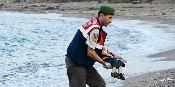 Periodismo, ética y estética: ¿debe publicarse la triste fotografía del niño ahogado?