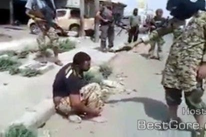 [Vídeo sin censura] El chulo del Frente al Nusra que le pega un tiro en la cara al sirio... al estilo rapero