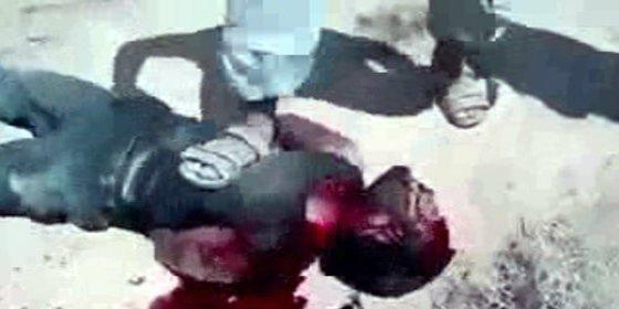 """El salvaje emir le corta las orejas a un prisionero: """"¿Puedes oírme?"""""""