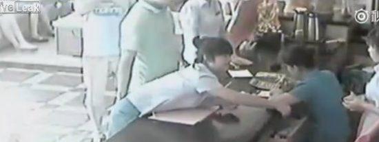 [Vídeo] El tipo que le toca el culo a una empleada de hotel y luego la arrastra del moño