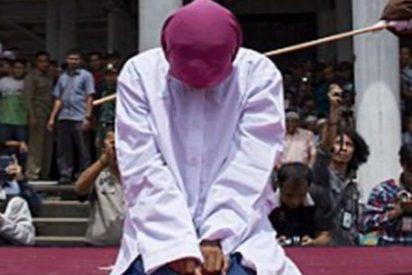 """La salvaje tortura en público de una desdichada mujer """"por fornicar sin estar casada"""""""