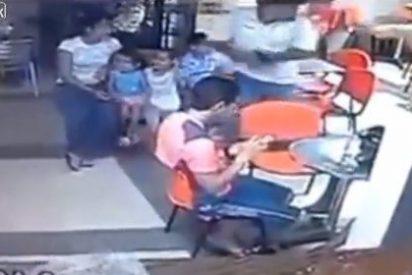 Así matan a tiros a un policía en Venezuela ante su mujer y tres hijos