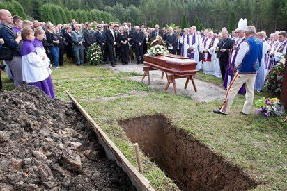 Los restos de Wesolowski, enterrados en silencio en Polonia