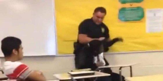 El policía chuleta golpea y saca a rastras de la clase a una alumna