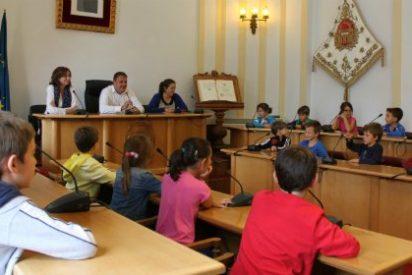 El alcalde de Mérida recibe a 40 alumnos de Primaria del colegio Trajano