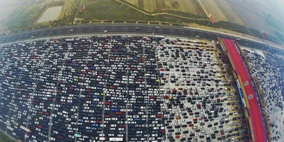 [Vídeo] El atasco en una autopista china de 50 carriles que dejó atrapados a miles de conductores